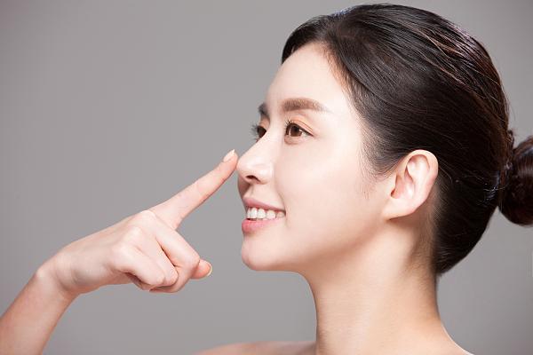 19岁女孩鼻头破溃流脓 线雕隆鼻已成整形修复