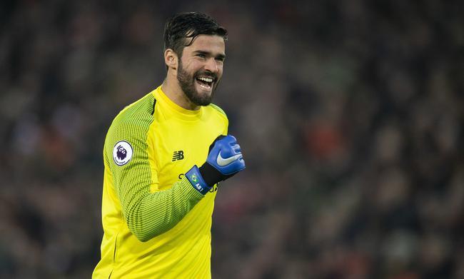 """利物浦门将阿利森承诺:若利物浦夺得本赛季的英超冠军,他将为球迷演奏吉他。 之前,巴西国门与利物浦当地的音乐家杰米-韦伯斯特一同演唱了俱乐部的赞歌《Allez Allez Allez》,阿利森认为KOP们会帮助他们击败曼城夺得冠军。""""现在让我们做笔交易,如果我们赢了,我就给球迷们弹吉他,这会是我的荣幸。上赛季我还是罗马球员,在欧冠半决赛上利物浦的球迷使我惊叹,他们制造了一个难以置信的氛围,这很棒。这算是我和利物浦签约的一个因素。利物浦的教练和拥趸们都很伟大,我想利物浦可能拥有世上最多的支持者。"""